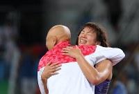 レスリング女子63キロ級決勝で優勝を決め、栄和人チームリーダーと抱き合う川井梨紗子=リオデジャネイロのカリオカアリーナで2016年8月18日、小川昌宏撮影