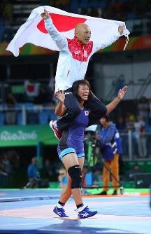 レスリング女子63キロ級決勝で優勝し、栄和人チームリーダー(上)を肩車して笑顔の川井梨紗子=リオデジャネイロのカリオカアリーナで2016年8月18日、小川昌宏撮影
