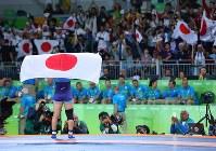 レスリング女子63キロ級決勝で優勝し、日の丸を背負ってマットを1周する川井梨紗子=リオデジャネイロのカリオカアリーナで2016年8月18日、小川昌宏撮影