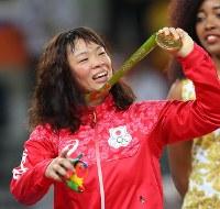 レスリング女子63キロ級決勝で優勝し、金メダルを手に笑顔の川井梨紗子=リオデジャネイロのカリオカアリーナで2016年8月18日、小川昌宏撮影