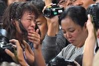 レスリング女子63キロ級決勝で金メダルを獲得した川井梨紗子(左)と、涙ぐみながら喜ぶ母初江さん=リオデジャネイロのカリオカアリーナで2016年8月18日、和田大典撮影