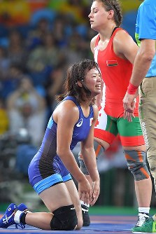 レスリング女子63キロ級決勝でベラルーシのマリア・ママシュク(奥)に勝って優勝を決め、笑顔を見せる川井梨紗子=リオデジャネイロのカリオカアリーナで2016年8月18日、和田大典撮影
