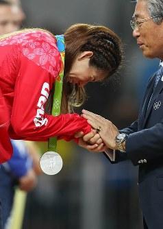 レスリング女子フリースタイル53キロ級決勝で敗れ、涙しながら銀メダルを受け取る吉田沙保里(左)=リオデジャネイロのカリオカアリーナで2016年8月18日、小川昌宏撮影