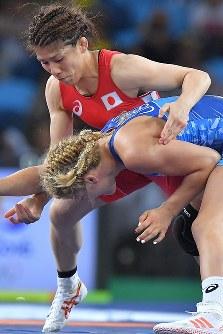 レスリング女子53キロ級決勝で米国のヘレン・マルーリス(手前)を攻める吉田沙保里=リオデジャネイロのカリオカアリーナで2016年8月18日、和田大典撮影