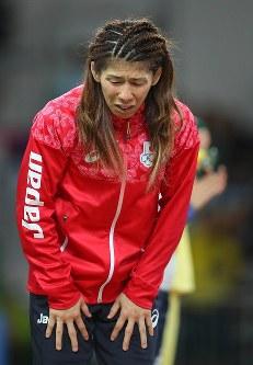 レスリング女子53キロ級決勝で2位となり、表彰台で頭を下げる吉田沙保里=リオデジャネイロのカリオカアリーナで2016年8月18日、小川昌宏撮影