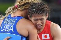 レスリング女子53キロ級決勝で米国のマルーリス(左)に敗れ、涙ぐみながら抱き合う吉田沙保里=リオデジャネイロのカリオカアリーナで2016年8月18日、和田大典撮影