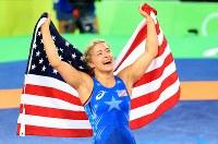 レスリング女子53キロ級決勝で吉田沙保里を破り、星条旗を掲げる米国のヘレン・マルーリス=リオデジャネイロのカリオカアリーナで2016年8月18日、梅村直承撮影