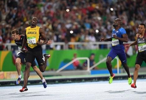 陸上男子200メートル決勝、1位でフィニッシュするジャマイカのウサイン・ボルト(左手前)=リオデジャネイロの五輪スタジアムで2016年8月18日、三浦博之撮影