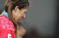 レスリング女子53キロ級で2位となり、銀メダルを胸に表彰台で涙する吉田沙保里=リオデジャネイロのカリオカアリーナで2016年8月18日、小川昌宏撮影