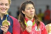 レスリング女子53キロ級決勝で米国のヘレン・マルーリス(左)に敗れ、五輪4連覇を逃した吉田沙保里=リオデジャネイロのカリオカアリーナで2016年8月18日、和田大典撮影