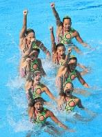 3位につけた日本の演技=リオデジャネイロのマリア・レンク水泳センターで2016年8月18日、梅村直承撮影