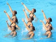 6位のブラジルの演技=リオデジャネイロのマリア・レンク水泳センターで2016年8月18日、梅村直承撮影