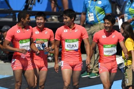 陸上男子400メートルリレー予選、アジア新記録を出して決勝に進出した(右から)山県、飯塚、桐生、ケンブリッジ。北京五輪以来のメダルなるか=リオデジャネイロの五輪スタジアムで2016年8月18日、三浦博之撮影