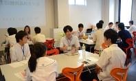 人口減少問題について話し合う高校生ら=静岡市葵区で