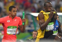 Japan's Aska Cambridge, left, and Jamaica's Usain Bolt compete in the final of the men's 4x100 relay during the athletics competition of the 2016 Summer Olympics at the Olympic stadium in Rio de Janeiro on Aug. 19, 2016. (Mainichi Photo/Daisuke Wada)
