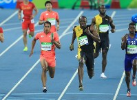 Japan's Aska Cambridge, foreground left, and Jamaica's Usain Bolt, foreground right, compete in the final of the men's 4x100 relay during the 2016 Summer Olympics at the Olympic stadium in Rio de Janeiro on Aug. 19, 2016. Pictured at rear left is Japan's third runner Yoshihide Kiryu. (Mainichi Photo/Naotsune Umemura)
