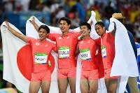 Japan's 4x100 relay runners, from left, Ryota Yamagata, Shota Iizuka, Yoshihide Kiryu and Aska Cambridge, pose for photos with Japanese flags after winning the silver medal in the event, at the Olympic stadium in Rio de Janeiro on Aug. 19, 2016. (Mainichi Photo/Hiroyuki Miura)