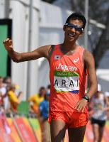男子50キロ競歩、3位でフィニッシュする荒井広宙=リオデジャネイロのポンタル周回コースで2016年8月19日、三浦博之撮影