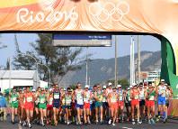男子50キロ競歩で一斉にスタートする選手たち=リオデジャネイロのポンタル周回コースで2016年8月19日、三浦博之撮影