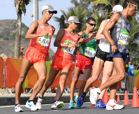 男子50キロ競歩で力強くコースを周回する谷井孝行(左から2人目)と荒井広宙(左端)=リオデジャネイロのポンタル周回コースで2016年8月19日、三浦博之撮影
