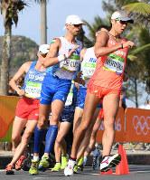 男子50キロ競歩で力強くコースを周回する森岡紘一朗(右)=リオデジャネイロのポンタル周回コースで2016年8月19日、三浦博之撮影