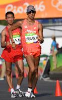 男子50キロ競歩で力強くコースを周回する森岡紘一朗=リオデジャネイロのポンタル周回コースで2016年8月19日、三浦博之撮影