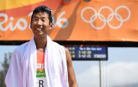 男子50キロ競歩、3位でフィニッシュし、笑顔を見せる荒井広宙=リオデジャネイロのポンタル周回コースで2016年8月19日、三浦博之撮影