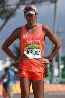 男子50キロ競歩でフィニッシュし、肩を落とす森岡紘一朗=リオデジャネイロのポンタル周回コースで2016年8月19日、三浦博之撮影