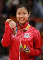 バドミントンの女子シングルスで銅メダルを獲得した奥原希望=リオ中央体育館で2016年8月19日、山本晋撮影