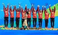 表彰式で銅メダルを胸に手を挙げる日本=リオデジャネイロのマリア・レンク水泳センターで2016年8月19日、梅村直承撮影