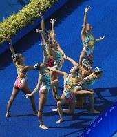 チーム・フリールーティンに臨む日本=リオデジャネイロのマリア・レンク水泳センターで2016年8月19日、梅村直承撮影