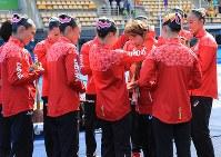 選手たちに銅メダルを掛けてもらう井村雅代ヘッドコーチ(中央右)=リオデジャネイロのマリア・レンク水泳センターで2016年8月19日、梅村直承撮影