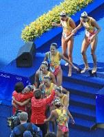 チーム・フリールーティン、3位になり井村ヘッドコーチ(手前)と喜び合う日本チーム=リオデジャネイロのマリア・レンク水泳センターで2016年8月19日、梅村直承撮影