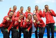 銅メダルを手に笑顔を見せる日本チーム=リオデジャネイロのマリア・レンク水泳センターで2016年8月19日、梅村直承撮影