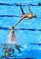 チーム・フリールーティン、日本の豪快なジャンプ技=リオデジャネイロのマリア・レンク水泳センターで2016年8月19日、梅村直承撮影