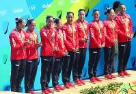 銅メダルを獲得し、表彰台で涙ぐむ日本チーム=リオデジャネイロのマリア・レンク水泳センターで2016年8月19日、小川昌宏撮影