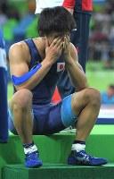 レスリングフリースタイル男子57キロ級決勝でジョージアのウラジーミル・キンチェガシビリに敗れ、座り込む樋口黎=リオデジャネイロのカリオカアリーナで2016年8月19日、和田大典撮影