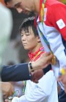レスリングフリースタイル男子57キロ級決勝でジョージアのウラジーミル・キンチェガシビリ(手前)に敗れ銀メダルを受け取った樋口黎=リオデジャネイロのカリオカアリーナで2016年8月19日、和田大典撮影