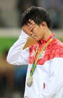 レスリングフリースタイル男子57キロ級決勝でジョージアのウラジーミル・キンチェガシビリに敗れ銀メダルを受け取り涙をこらえる樋口黎=リオデジャネイロのカリオカアリーナで2016年8月19日、和田大典撮影