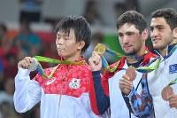 レスリングフリースタイル男子57キロ級決勝でジョージアのウラジーミル・キンチェガシビリに敗れ、銀メダルを獲得した樋口黎(左)=リオデジャネイロのカリオカアリーナで2016年8月19日、和田大典撮影