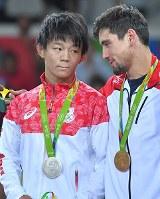 レスリングフリースタイル男子57キロ級決勝でジョージアのウラジーミル・キンチェガシビリ(右)に敗れ、表彰台で健闘をたたえあう樋口黎(左)=リオデジャネイロのカリオカアリーナで2016年8月19日、和田大典撮影