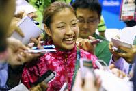 3位決定戦で中国の李雪芮が棄権して銅メダルが決まり、取材に応じる奥原希望=リオデジャネイロの五輪スタジアムで2016年8月19日、小川昌宏撮影