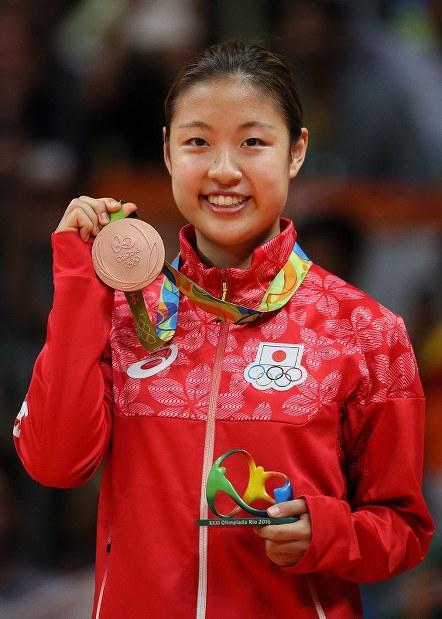 表彰式で銅メダルを手にして笑顔の奥原=リオ中央体育館で2016年8月19日、山本晋撮影