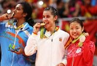 表彰式で銅メダルを手にして笑顔の奥原(右)=リオ中央体育館で2016年8月19日、山本晋撮影