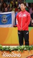表彰式で銅メダルの授与を待つ間、笑みがこぼれる奥原=リオ中央体育館で2016年8月19日、山本晋撮影