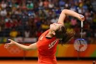 準決勝第1ゲーム、インドの選手と打ち合う奥原希望=リオデジャネイロのリオ中央体育館で2016年8月18日、小川昌宏撮影