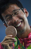 男子50キロ競歩で銅メダルを獲得し、表彰式で笑顔を見せる荒井広宙=リオデジャネイロの五輪スタジアムで2016年8月19日、三浦博之撮影