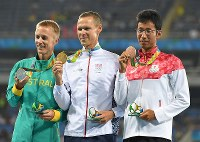 男子50キロ競歩で銅メダルを獲得し、表彰式で笑顔を見せる荒井広宙(右)=リオデジャネイロの五輪スタジアムで2016年8月19日、三浦博之撮影