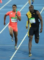 陸上男子400メートルリレー決勝、ジャマイカのウサイン・ボルト(右)と競り合い2位でフィニッシュする日本のケンブリッジ飛鳥=リオデジャネイロの五輪スタジアムで2016年8月19日、梅村直承撮影