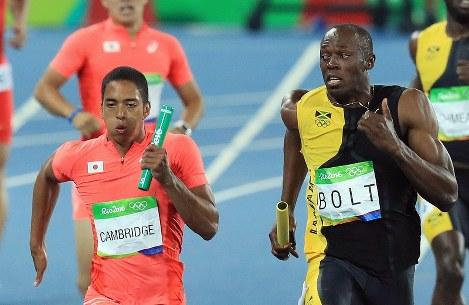 陸上男子400メートルリレー決勝、ジャマイカの最終走者ウサイン・ボルト(右)と競り合う日本のケンブリッジ飛鳥=リオデジャネイロの五輪スタジアムで2016年8月19日、梅村直承撮影